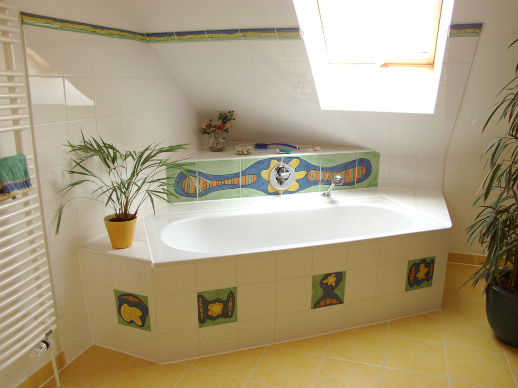 Bad mit handgemachten Einlegerfliesen und Bordüre von Guido Kratz