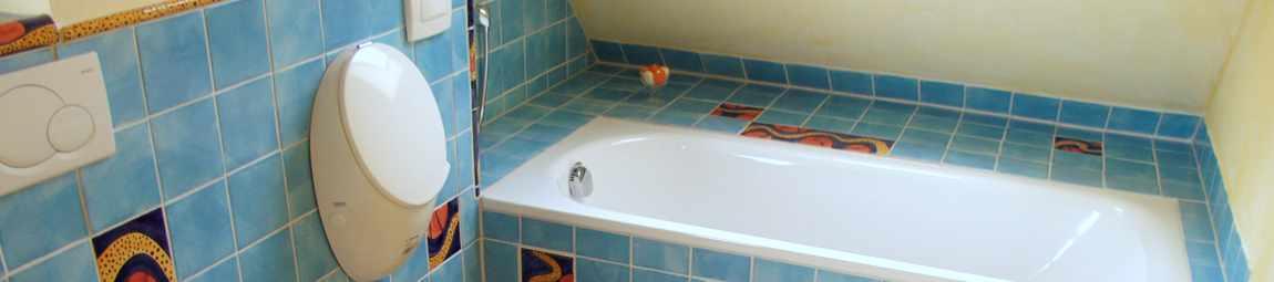 Bad mit handgefertigten Keramik-Fliesen von Guido Kratz aus Hannover