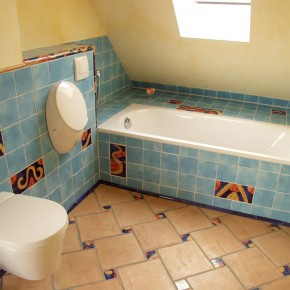 Bad mit handgemachten blauen Fliesen und Einlegern von Guido Kratz