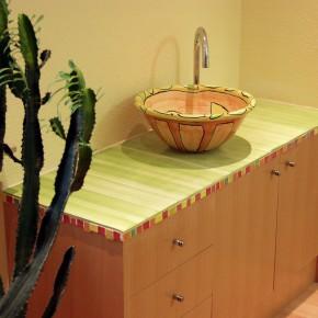 Bemaltes Waschbecken auf einer Kommode von Guido Kratz