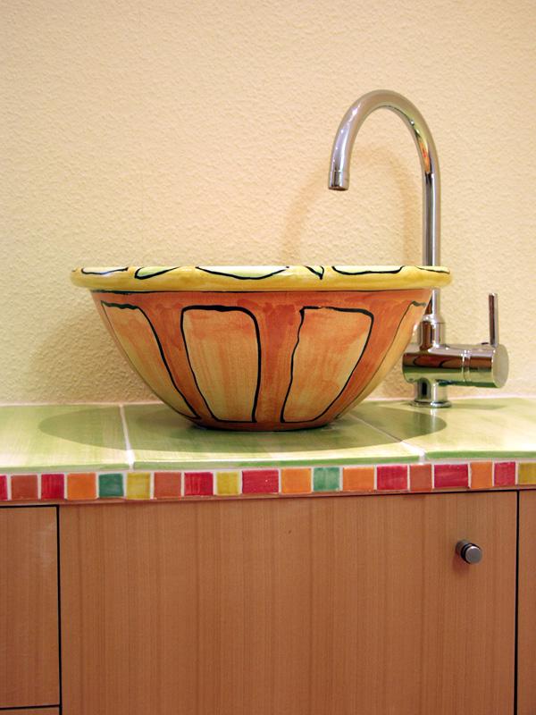 Bemaltes Waschbecken mit Mosaikfliesen von Guido Kratz