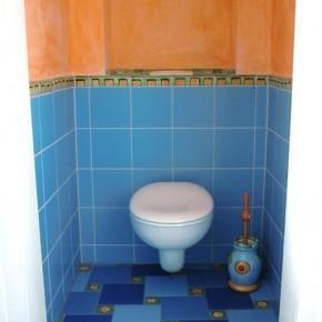 WC mit blauen Fliesen und Einlegern von Guido Kratz