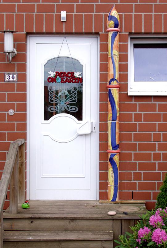 Eingangssäule aus bemalter Keramik von Guido Kratz