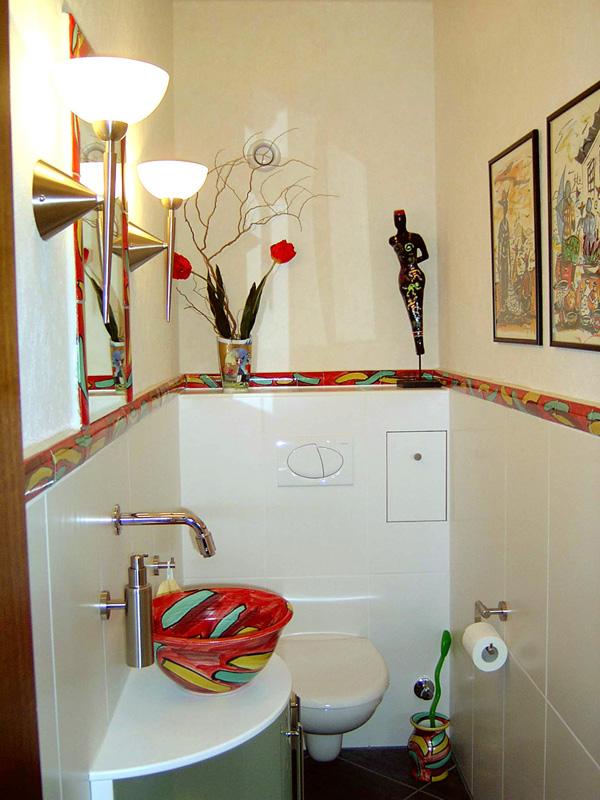 Gäste WC mit handgemachten Waschbecken und Bordüren von Guido Kratz