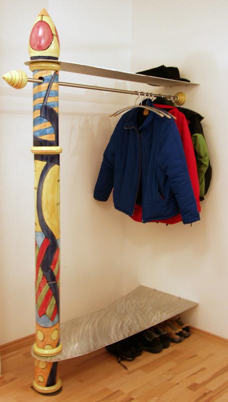 Garderobe aus einer Säule von Guido Kratz