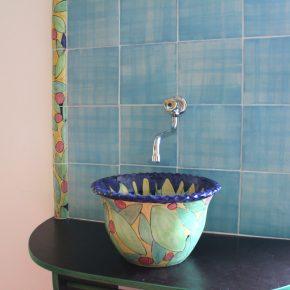 Keramik Waschbecken mit bemalten Bordüren und handgemachten Fliesen1
