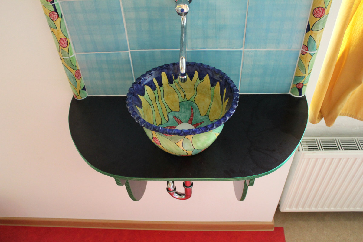 Keramik Waschbecken mit bemalten Bordüren und handgemachten Fliesen 3