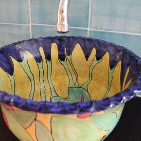 Keramik Waschbecken mit bemalten Bordüren und handgemachten Fliesen 4