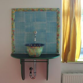 Keramik Waschbecken mit bemalten Bordüren und handgemachten Fliesen 2