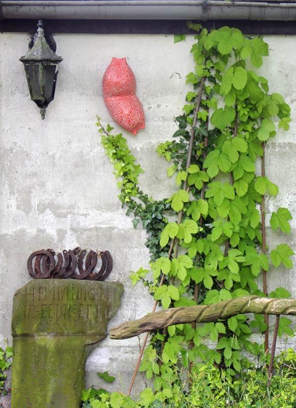 Keramikobjekte von Guido Kratz aus Hannover in einem Garten 10