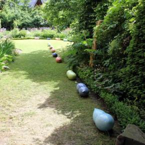 Keramikobjekte von Guido Kratz aus Hannover in einem Garten 11