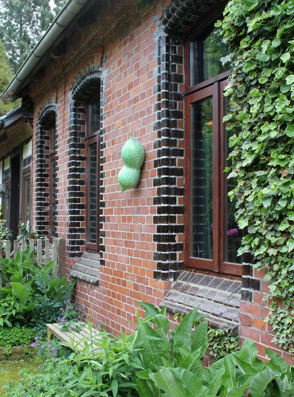 Keramikobjekte von Guido Kratz aus Hannover in einem Garten 8