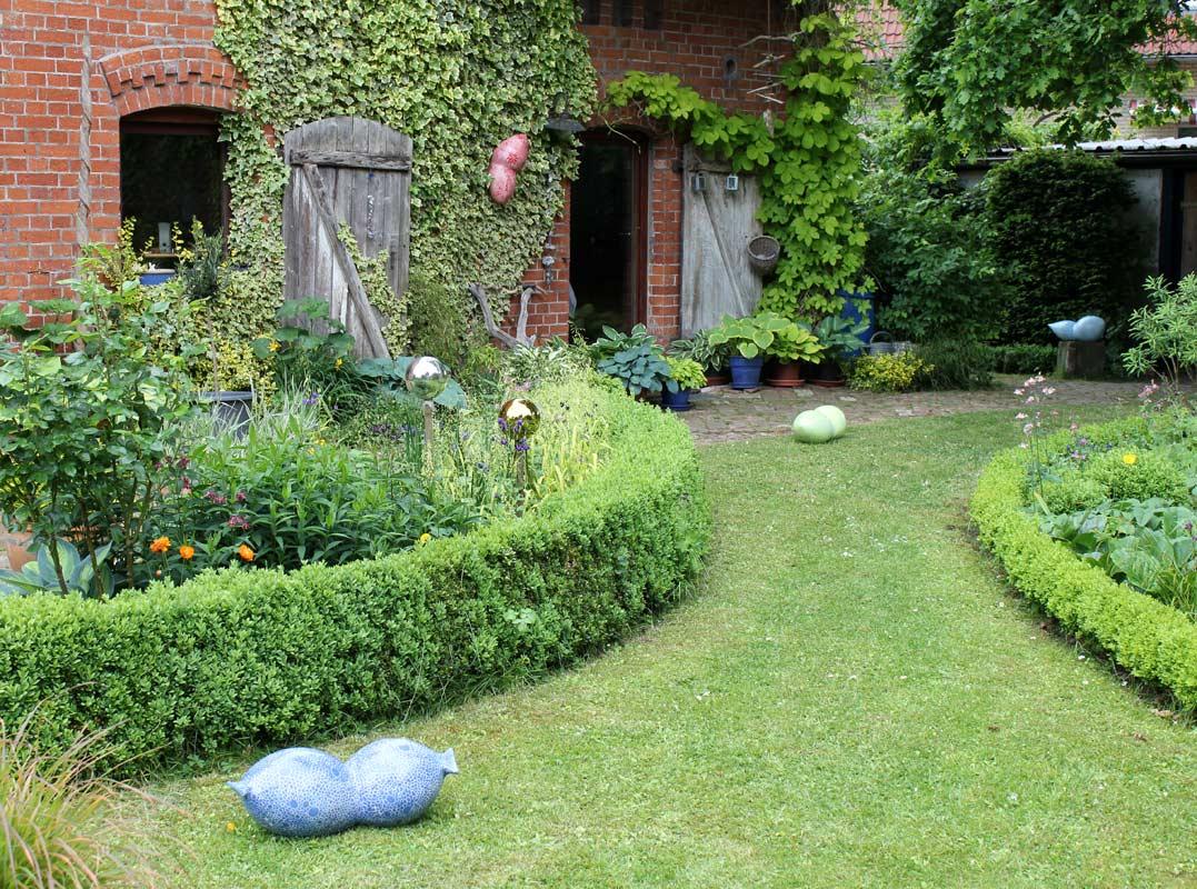 Keramikobjekte von Guido Kratz aus Hannover in einem Garten 9