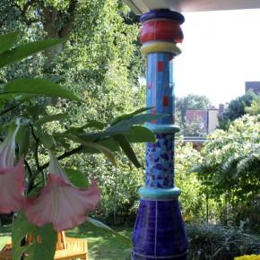 Keramiksäule in einem schönen Garten von Guido Kratz