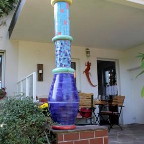 Farbige Keramiksäule auf einer Terasse von Guido Kratz