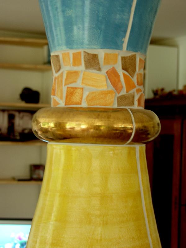 Detail einer Keramiksäule mit goldenem Ring von Guido Kratz