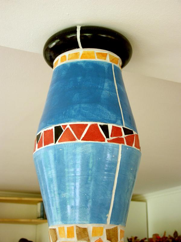 Keramiksäulenabschluss in farbigem Bruchmosaik von Guido Kratz