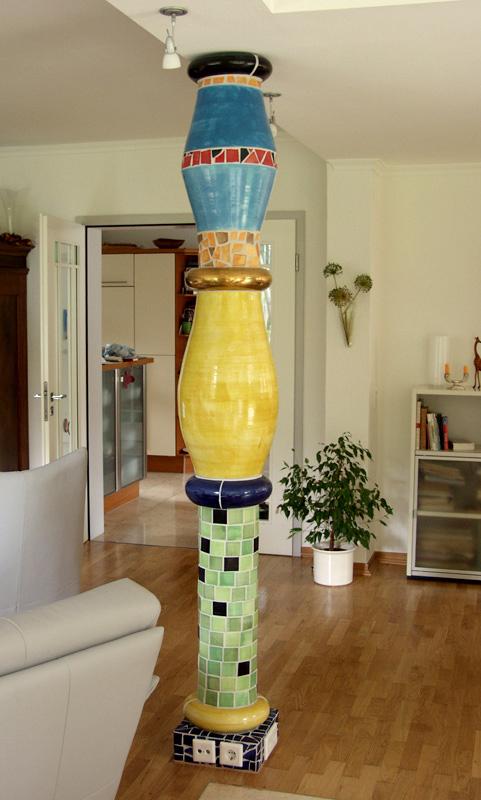 Bunte Keramiksäule im Wohnzimmer von Guido Kratz