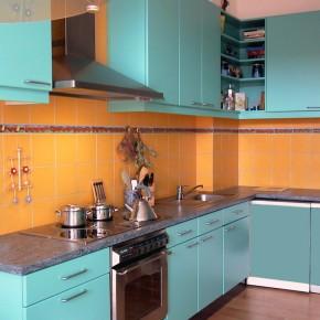 Küche mit bemalter Bordüre und gelben Fliesen von Guido Kratz