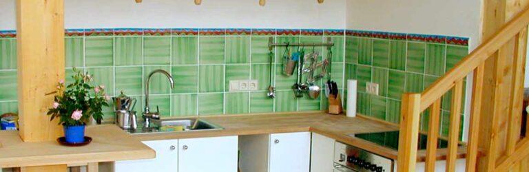 Küche mit grünen handgemachten Fliesen von Guido Kratz aus Hannover
