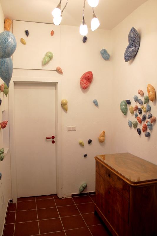 Kunst im Korridor 1, eine Ausstellung mit Keramik-Gefäßen von Guido Kratz aus Hannover