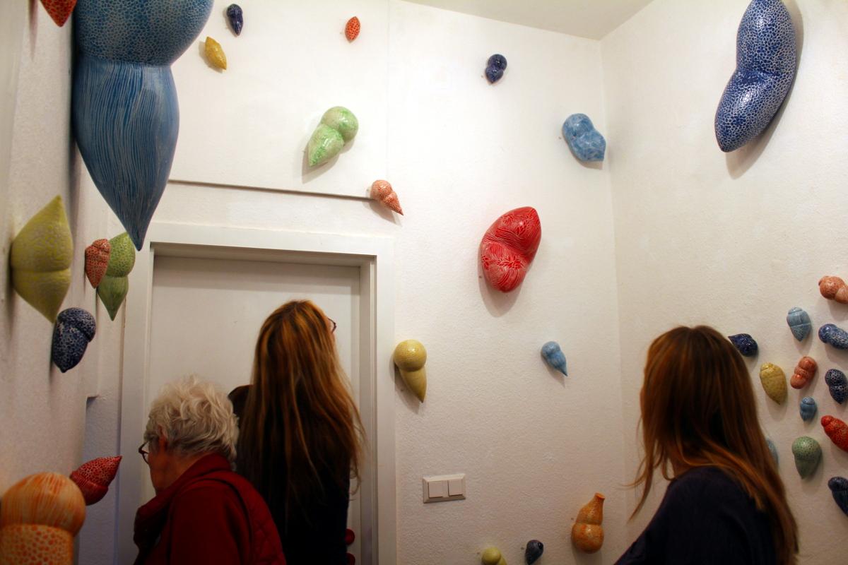 Kunst im Korridor 6, eine Ausstellung mit Keramik-Gefäßen von Guido Kratz aus Hannover