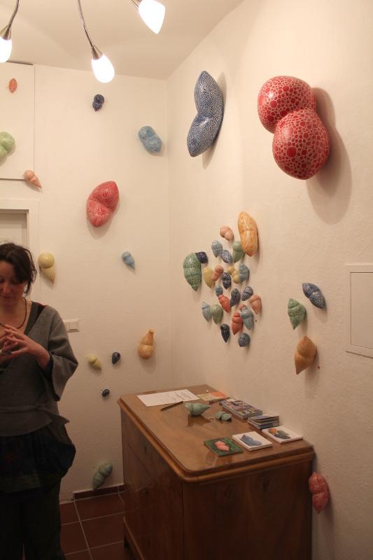 Kunst im Korridor 8, eine Ausstellung mit Keramik-Gefäßen von Guido Kratz aus Hannover