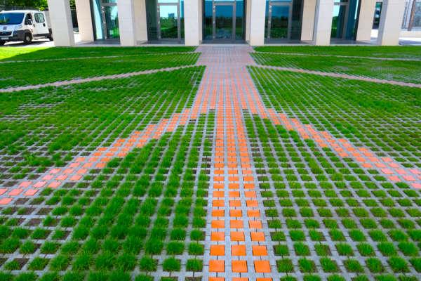 Pflastersteine in orange auf einem Parkplatz von Guido Kratz aus Hannover