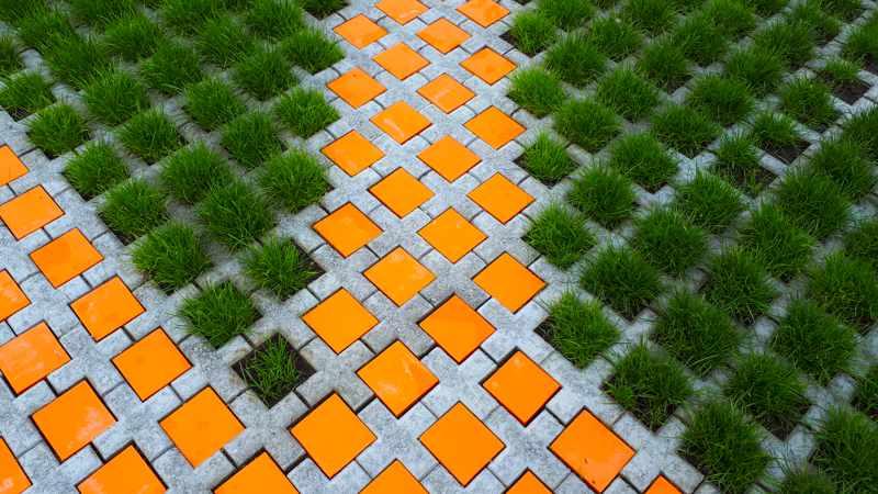 Keramik-Pflastersteine in orange auf einem Parkplatz von Guido Kratz aus Hannover