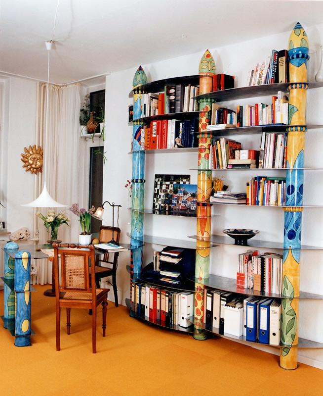 Regalwand aus Keramiksaeulen mit Schreibtisch von Guido Kratz