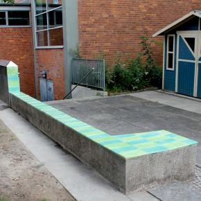 Handbemalte Fliesen von Guido Kratz aus Hannover auf einer Schulmauer
