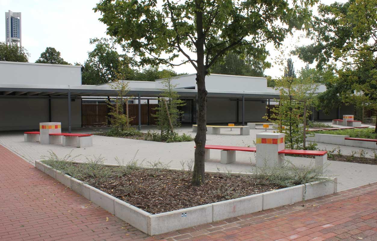 Bunte Fliesen von Guido Kratz aus Hannover auf dem Schulhof