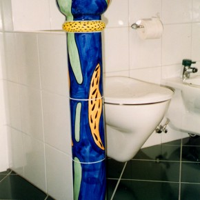 Keramiksäule in einer Tolette mit Kugelabschluss in blau von Guido Kratz
