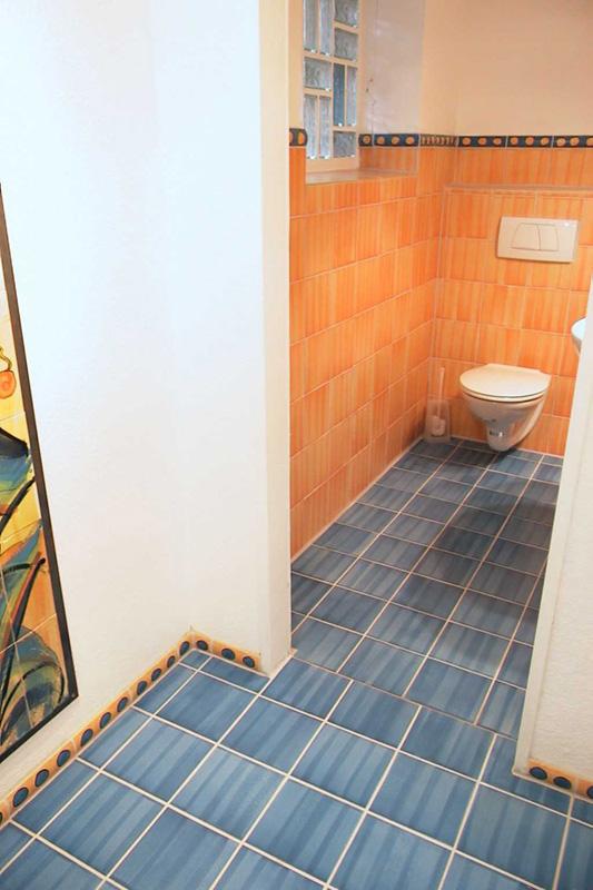 Toilette mit handgemachten Fliesen und Bordueren von Guido Kratz