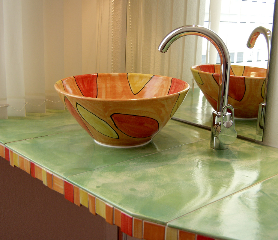 Waschbecken auf grünem Keramiktisch von Guido Kratz