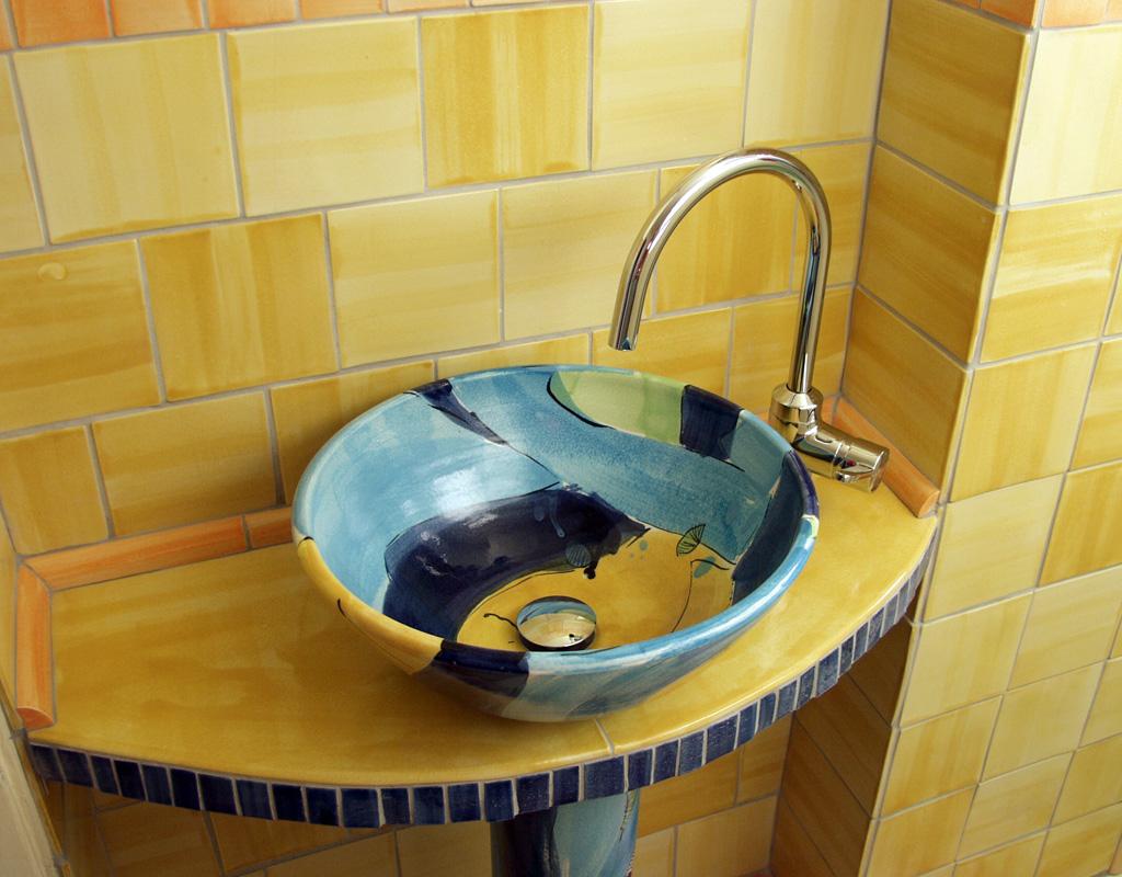 Waschbecken mit gelben handgemachten Fliesen von Guido Kratz