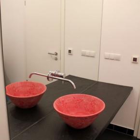 Waschbecken rot in Sgraffito Malerei von Guido Kratz in Hannover