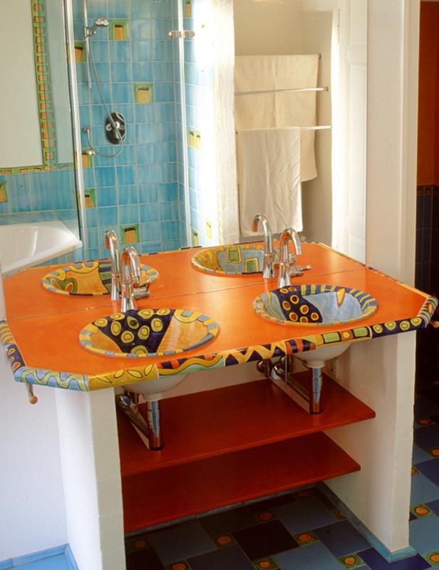 waschtisch mit zwei waschbecken im pastellfarbenen badezimmer foto. Black Bedroom Furniture Sets. Home Design Ideas