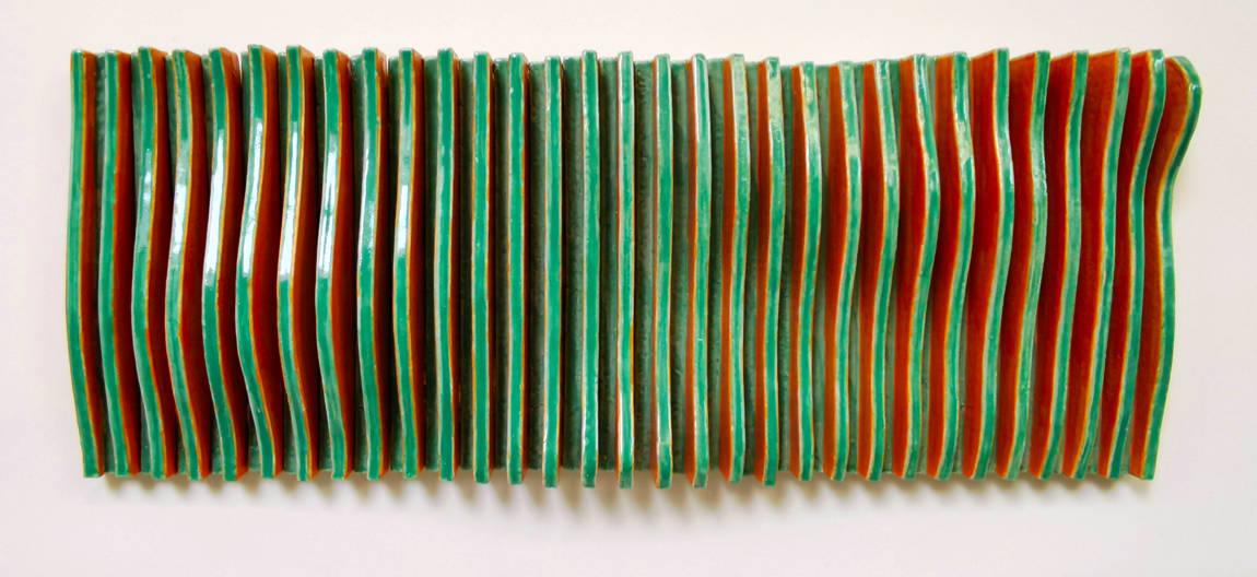 bewegtes Wandrelief aus Keramik in grün orange von dem Keramiker Guido Kratz aus Hannover