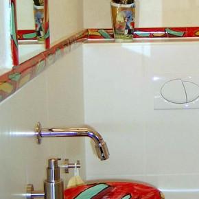 rotes bemaltes Waschbecken mit Bordüre von Guido Kratz